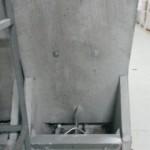 Tolva de cemento de 2 bocas para cebadero. Con removedores. Dimensiones: 89,0 alto x 51,1 ancho x 40,0 cm. fondo.