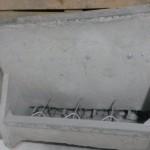 Tolva de cemento de 4 bocas para cebadero. Con removedores. Dimensiones: 79,5 x 100,5 x 47,5 cm. fondo