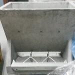 Tolva de cemento de 3 bocas para paridera. Con removedores o regulador de bajada. Dimensiones: 51,5 x 50 x 28,0 cm. fondo