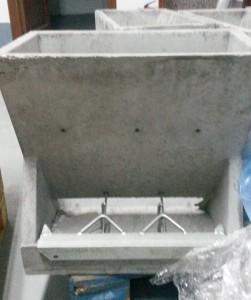 Tolva cemento de 3 bocas para paridera.