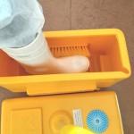 Limpia-botas económico en material plástico, con cepillos inferiores y laterales, desagüe para vaciado y registro diario de cambio. Con tapa para evitar evaporación. Se puede colocar en cualquier localización al no verter líquido al suelo. Ideal para entradas a explotaciones ganadera, oficinas, etc...
